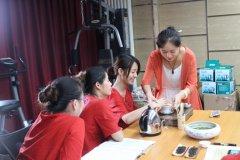 茶叶店加盟商学员接受的茶艺培训老师的指点